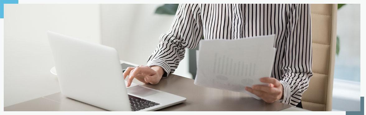 laptop oraz dokumenty